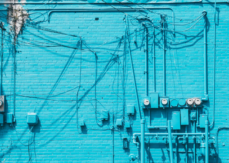 Blauwe muur met chaos aan draden: Pauli creëert orde in communicatie